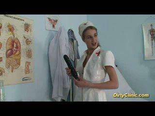 Pievilcīgas medmāsa loves dildo un dzimumloceklis par a reāls orgasms