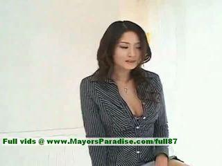 Risa innocent kinesisk jente gives en søt blowjob til henne guy