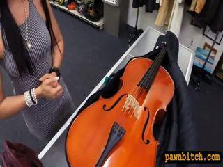 Amateur babe sells haar cello en pounded in de achterkamer