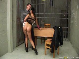Jasmine noir gives pipe à flic et gets cul baisée