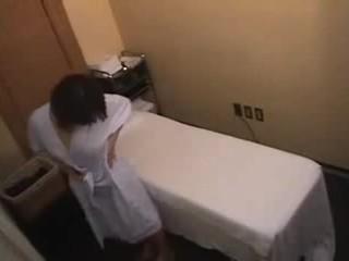 アジアの 女の子 gets もっと より a 通常の マッサージ
