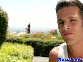 খেলোয়াড় gaysex সার্টের সামনে wanking তার বাড়া