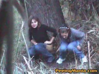 Meisjes betrapt urineren binnenin de bos