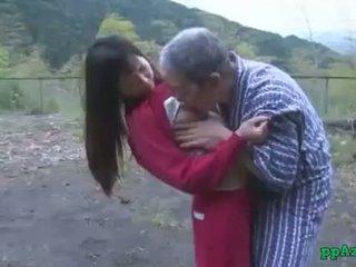 Asia gadis getting dia alat kemaluan wanita licked dan kacau oleh tua orang air mani untuk bokong di luar di