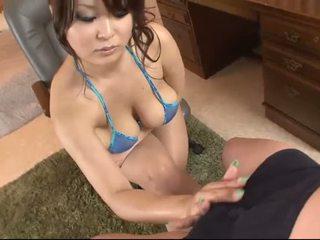 Mamalhuda asiática em blue biquíni blows um caralho