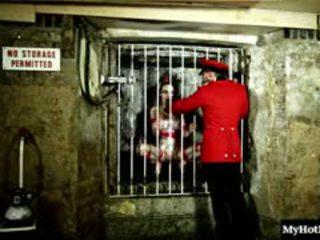 Chessie kay er en hot klovn som er i fengsel. hun sucks en