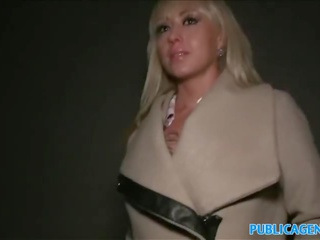 Publisks agent karstās blondīne fucked par tumšs publisks staircase