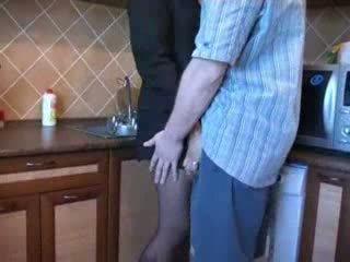 Karštas mama pakliuvom į virtuvė po jos husbands funeral video