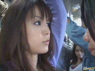 Bagian dalam rok tembakan dari sebuah manis cina di sebuah crowded bis