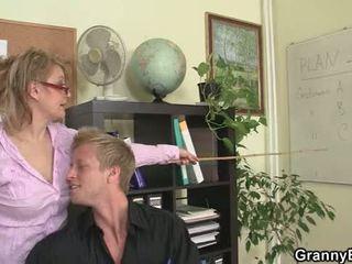 Той fucks палав възрастни офис жена