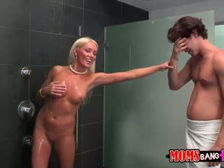 Guy finds hans gfs styvmamma i den dusch