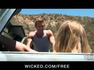 Kuum blond nicole aniston picks üles a hitchhiker jaoks road-side seks