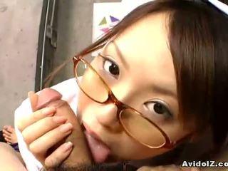 Japans verpleegster gives een heet pijpen en hanjo