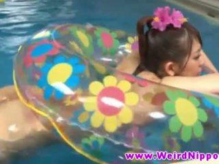 Heet jjapanese babe geneukt in zwemmen zwembad