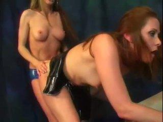 Alexandra zijde en haar heet bips vriend geniet een bit van strap op lul actie