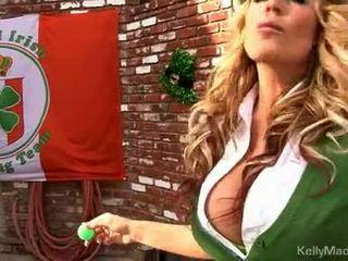 Milf kelly madison lifts henne petticoat til en faen outdoors