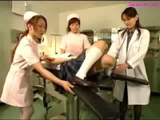 Bambola getting suo puss examinted con divaricatore licked da dottore meloni rubbed da 2 nurses in il operazione stanza
