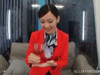 Orientaliska stewardessen har gjort kärlek stor onto en soffa