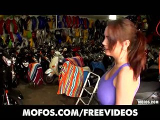 Motoros lány -val tökéletes készlet a cicik van szar hátulró nál nél munka
