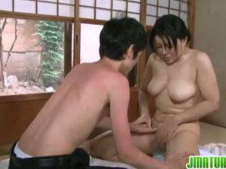 Japanska mognar: japanska äldre baben med henne ung mager lover.