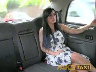 Fake taxi סקסי masseuse gets מזוין ב מכונית bonnet