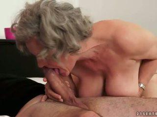 חזה גדול סבתא עשייה אהבה עם שלה צעיר boyfried