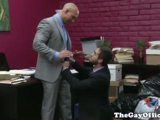 Muscular kantoor hunk geneukt door zijn baas