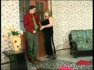 Spēlē ar viņai krievi krūtis