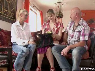 Príťažlivé mama a otec ( parents) vykonať ich dcéra nahé a mať sex