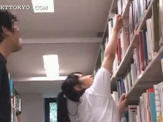 Ładniutka azjatyckie nastolatka dziewczyna teased w the szkoła