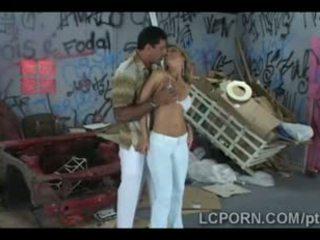 Blondīne brazīlieši goddess fucks samba stud uz nejaukas alley