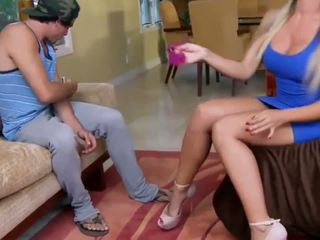 Hot blond i stram kjole catches ham sniffing henne.