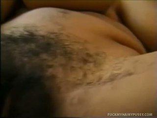 Babe tonen haar tieten en masturbates harig muff