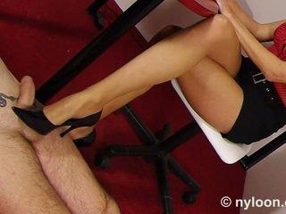 Nilon pantyhosed sekretaris gives melakukannya dengan sepatu dan merangsang dengan kaki