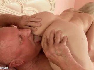 Schattig tiener making liefde met grootvader
