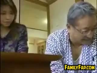 Asia langkah putri dengan itu tua orang