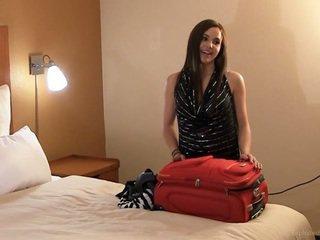 Sabrina ถอดเสื้อผ้า และ ปัสสาวะ