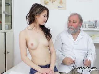 Đẹp gejza là sẵn sàng vì cô ấy thi từ các tốt bác sĩ