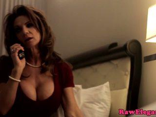 Pieauguša pornozvaigzne deauxma squirts uz zeķe