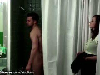 תשווק, נקבה ידידותית, מקלחת