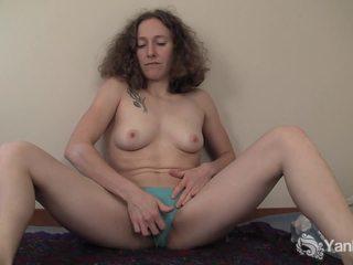 Curly haired nina prstoklad ji slick quim