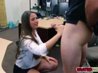 Ištvirkęs moteris su didelis papai gets pakliuvom į the pawnshop ofisas