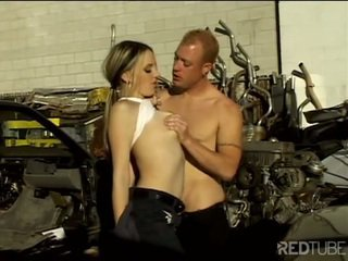 סקסי mechanic seduces ו - fucks buyer