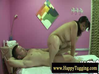 I madh e bukur grua aziatike masazh kalërim