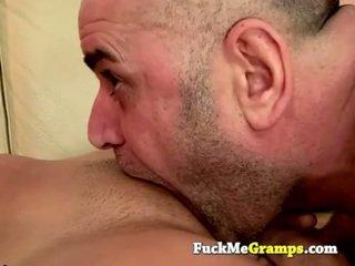 Vieux homme jack fucks la fille suivant porte