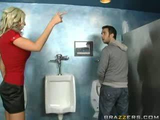 Gizli oda nemfomanyak sucks içinde üçlü penetrasyon!