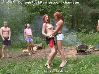 Filthy कॉलेज sluts मोड़ an आउटडोर पार्टी में वाइल्ड बकवास