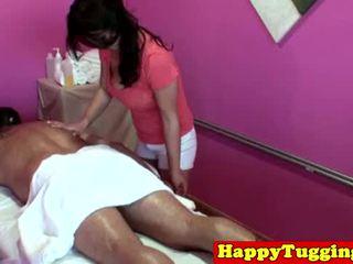 كبير titted الآسيوية tugging masseuse