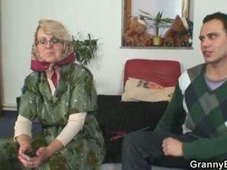 Verdorben großmutter gives nach oben sie alt fotze