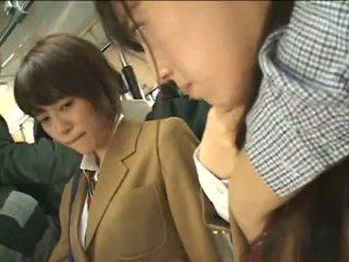 Publiek perverts harass japans schoolgirls op een trein
